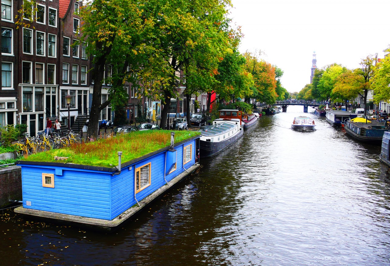 Meadow roofed amsterdam houseboat for Houseboat amsterdam